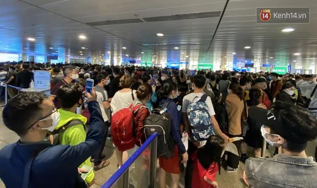 Khách đông nghẹt mỗi buổi sáng, sân bay Tân Sơn Nhất ra khuyến cáo và mở tối đa hệ thống soi chiếu - Ảnh 1.