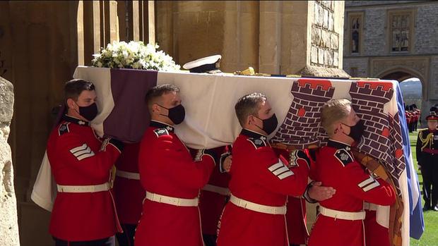 Vì sao trên quan tài Hoàng tế Philip lại có một thanh gươm, chiếc mũ và vòng hoa? Tất cả đều mang ý nghĩa vô cùng đặc biệt trong cuộc đời ông  - Ảnh 2.