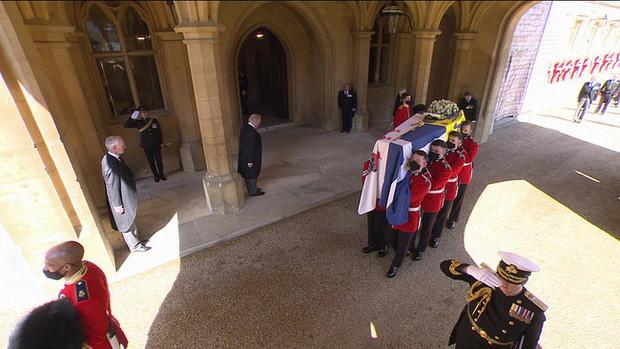 Vì sao trên quan tài Hoàng tế Philip lại có một thanh gươm, chiếc mũ và vòng hoa? Tất cả đều mang ý nghĩa vô cùng đặc biệt trong cuộc đời ông - Ảnh 3.