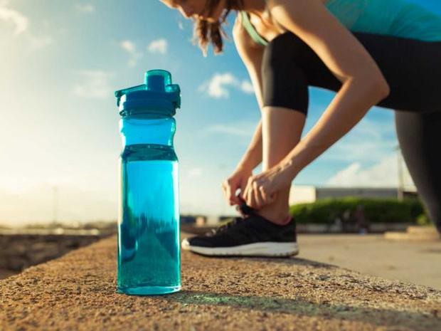 Bình nước nhựa nắp trượt chứa hơn 900 nghìn loại vi khuẩn, bẩn ngang nắp bồn cầu, an toàn nhất lại là loại khiến nhiều người bất ngờ - Ảnh 5.