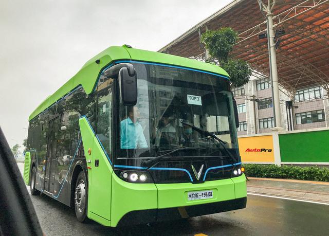 VinBus đầu tiên lăn bánh tại Hà Nội: Êm, không khí thải, bãi đỗ có pin mặt trời, có khu rửa xe riêng xịn sò - Ảnh 1.