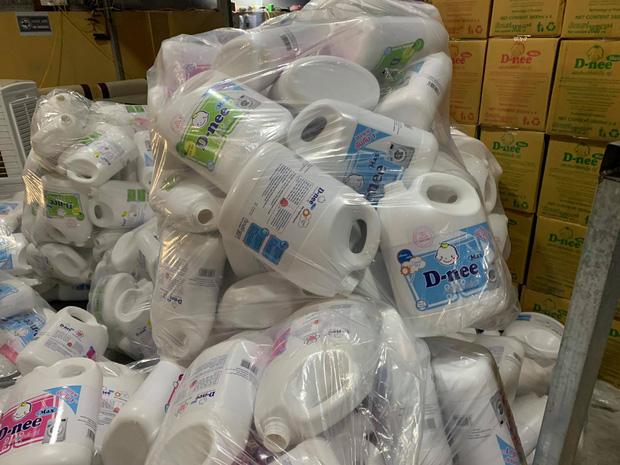 Hà Nội: Đột kích xưởng sản xuất quy mô lớn giả nhãn hiệu nước giặt Dnee - Ảnh 5.