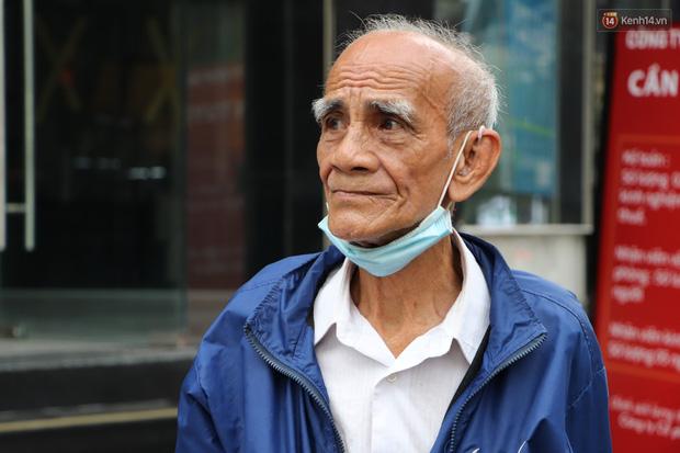 Đằng sau bức ảnh cụ ông bên đống trái cây ế là tấm lòng thơm thảo của người Sài Gòn: Ở đây người ta thương tui dữ lắm - Ảnh 7.