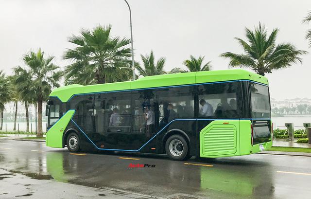 VinBus đầu tiên lăn bánh tại Hà Nội: Êm, không khí thải, bãi đỗ có pin mặt trời, có khu rửa xe riêng xịn sò - Ảnh 6.