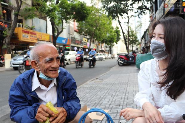 Đằng sau bức ảnh cụ ông bên đống trái cây ế là tấm lòng thơm thảo của người Sài Gòn: Ở đây người ta thương tui dữ lắm - Ảnh 10.