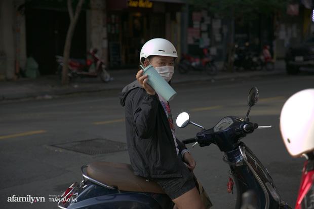 Choáng: Người Sài Gòn 6h sáng xếp hàng dài trước cổng Starbucks để săn chiếc ly màu xanh với giá 500k, sau chưa đầy 4 tiếng bán lại đã tăng giá gấp 4 lần - Ảnh 10.