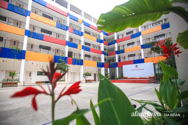 Có một ngôi trường dạy theo phương pháp Đồng kiến tạo ở ngay Hà Nội, phòng học ngập tràn ánh sáng, đặc biệt nhất là khu vui chơi trên sân thượng  - Ảnh 3.