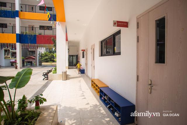 Có một ngôi trường dạy theo phương pháp Đồng kiến tạo ở ngay Hà Nội, phòng học ngập tràn ánh sáng, đặc biệt nhất là khu vui chơi trên sân thượng  - Ảnh 5.