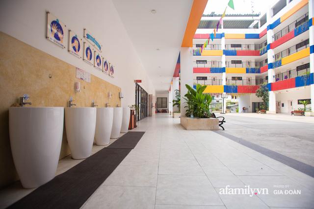 Có một ngôi trường dạy theo phương pháp Đồng kiến tạo ở ngay Hà Nội, phòng học ngập tràn ánh sáng, đặc biệt nhất là khu vui chơi trên sân thượng  - Ảnh 9.