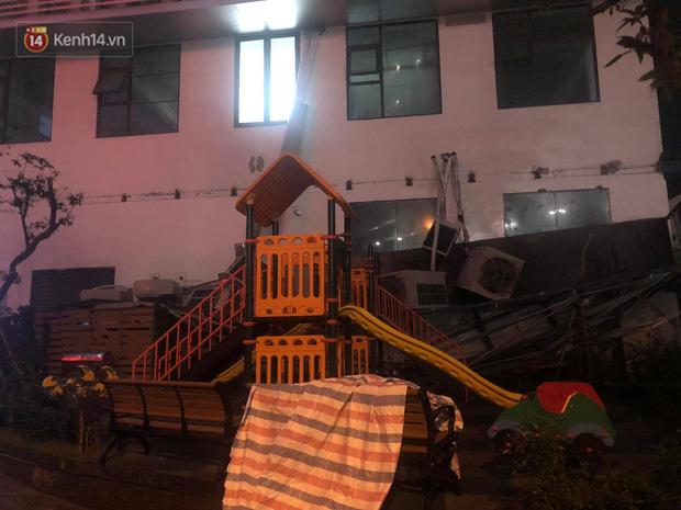 Cả dàn điều hoà ở chung cư Hà Nội bất ngờ đổ sập, rơi xuống sân chơi cho trẻ em - Ảnh 1.
