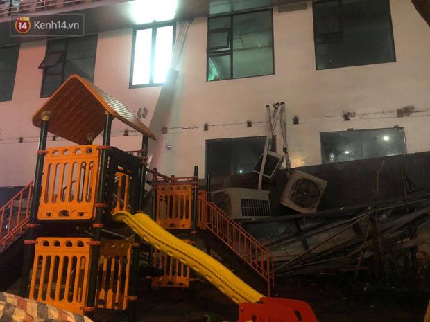 Cả dàn điều hoà ở chung cư Hà Nội bất ngờ đổ sập, rơi xuống sân chơi cho trẻ em - Ảnh 2.
