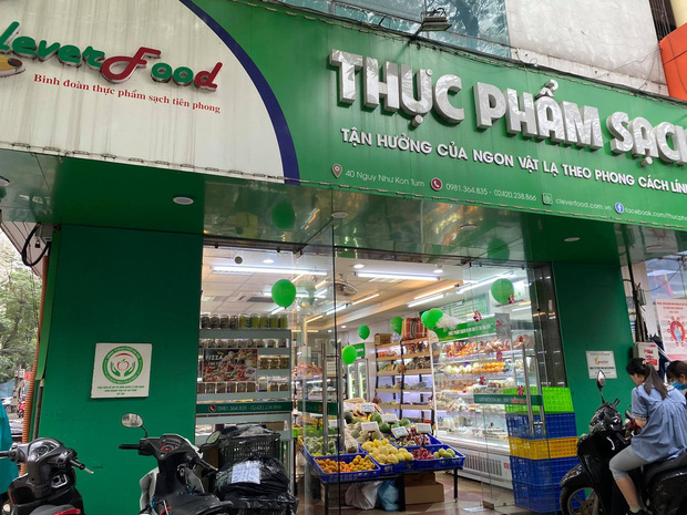 Hà Nội: Khách hàng kinh hãi khi phát hiện giòi bò lúc nhúc trong khúc cá kho mua ở cửa hàng thực phẩm sạch - Ảnh 2.
