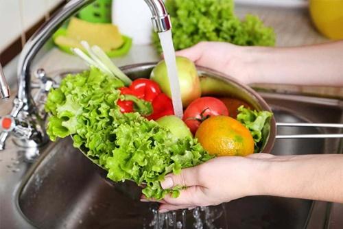 Rửa rau quả bằng nước lã không an toàn, phải cho thêm 3 thứ này mới hết thuốc trừ sâu - Ảnh 1.