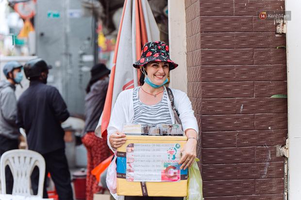 Ảnh, clip: Gặp cô Tây xinh đẹp bán bánh kem dạo mưu sinh trên đường phố Sài Gòn - Ảnh 1.