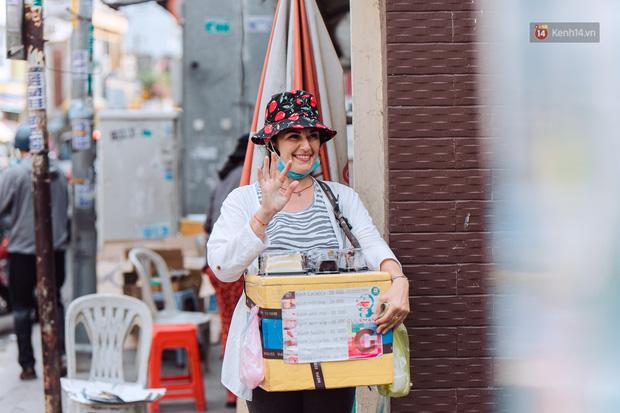 Ảnh, clip: Gặp cô Tây xinh đẹp bán bánh kem dạo mưu sinh trên đường phố Sài Gòn - Ảnh 2.