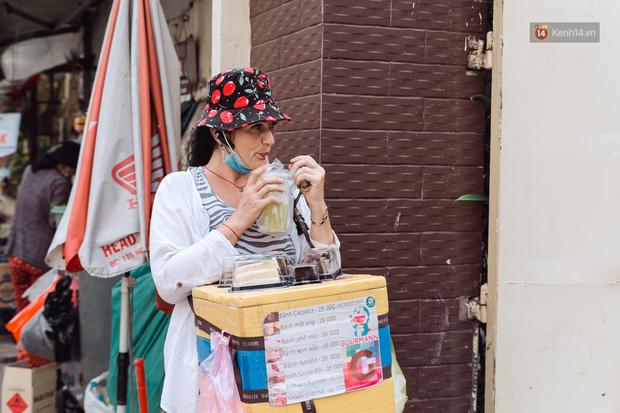 Ảnh, clip: Gặp cô Tây xinh đẹp bán bánh kem dạo mưu sinh trên đường phố Sài Gòn - Ảnh 22.