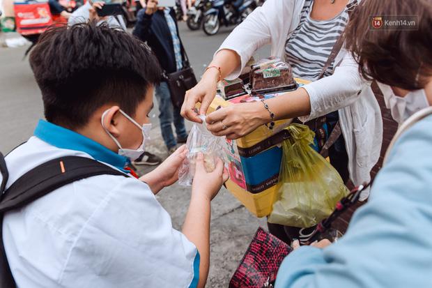 Ảnh, clip: Gặp cô Tây xinh đẹp bán bánh kem dạo mưu sinh trên đường phố Sài Gòn - Ảnh 23.