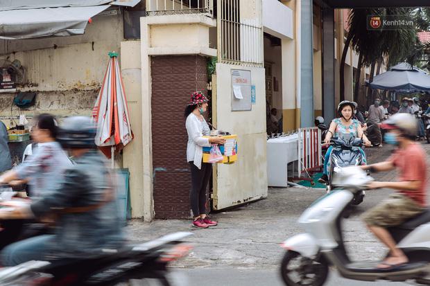Ảnh, clip: Gặp cô Tây xinh đẹp bán bánh kem dạo mưu sinh trên đường phố Sài Gòn - Ảnh 24.