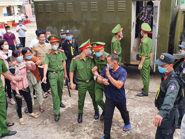 Xử đại gia xăng giả Trịnh Sướng: Xe biển số Cần Thơ, Sóc Trăng, TPHCM đậu kín đường  - Ảnh 4.