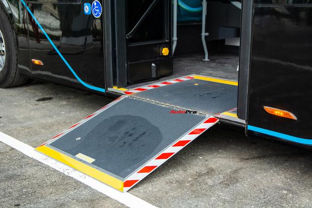 Nhiều tính năng thông minh, tự nâng/hạ gầm, WiFi miễn phí, giá như buýt thường - Ảnh 5.