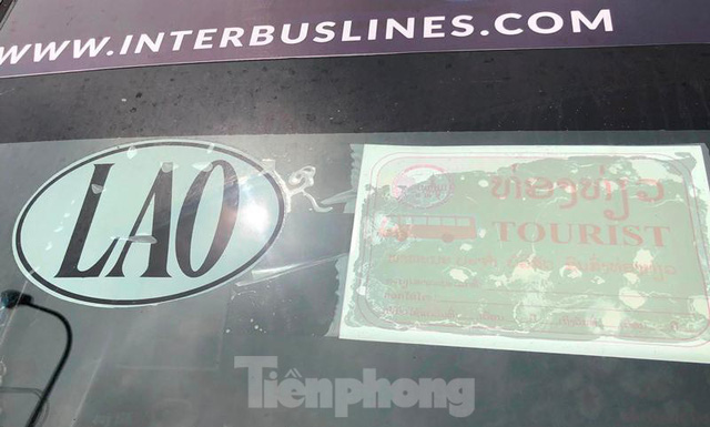 Xe khách trùm kín biển quảng cáo đỗ ở bãi xe lậu  - Ảnh 7.