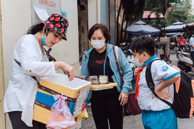 Ảnh, clip: Gặp cô Tây xinh đẹp bán bánh kem dạo mưu sinh trên đường phố Sài Gòn - Ảnh 9.