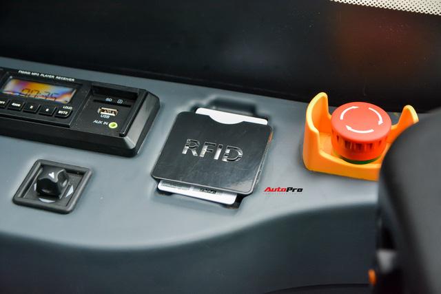 Nhiều tính năng thông minh, tự nâng/hạ gầm, WiFi miễn phí, giá như buýt thường - Ảnh 10.