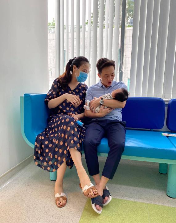 """Cuộc sống """"bỉm sữa"""" của Cường Đô La và Đàm Thu Trang: Từ tay chơi """"siêu xe"""" có tiếng đến ông bố """"quần đùi, áo phông"""" chăm con thay vợ - Ảnh 11."""