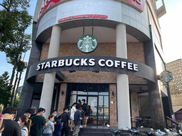 HOT: Vừa thông báo tung ra bộ đôi cốc mới vào sáng sớm, Starbucks đã khiến dân tình xếp hàng dài săn lùng, giá bán lại bị hét lên gấp 2 lần? - Ảnh 2.