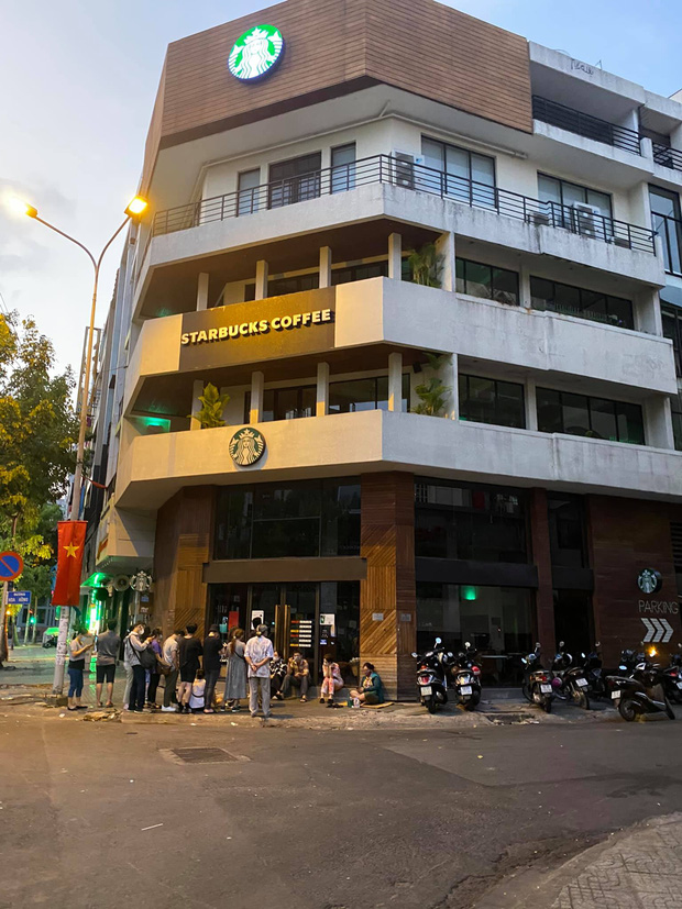 HOT: Vừa thông báo tung ra bộ đôi cốc mới vào sáng sớm, Starbucks đã khiến dân tình xếp hàng dài săn lùng, giá bán lại bị hét lên gấp 2 lần? - Ảnh 3.