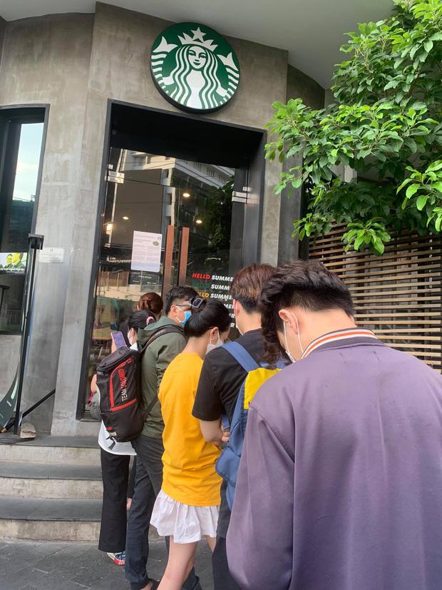 HOT: Vừa thông báo tung ra bộ đôi cốc mới vào sáng sớm, Starbucks đã khiến dân tình xếp hàng dài săn lùng, giá bán lại bị hét lên gấp 2 lần? - Ảnh 4.
