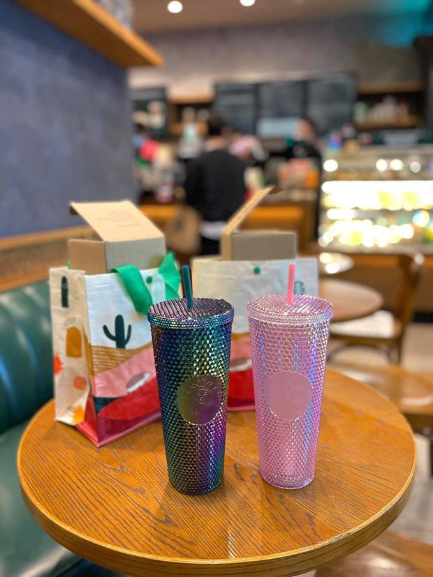HOT: Vừa thông báo tung ra bộ đôi cốc mới vào sáng sớm, Starbucks đã khiến dân tình xếp hàng dài săn lùng, giá bán lại bị hét lên gấp 2 lần? - Ảnh 6.
