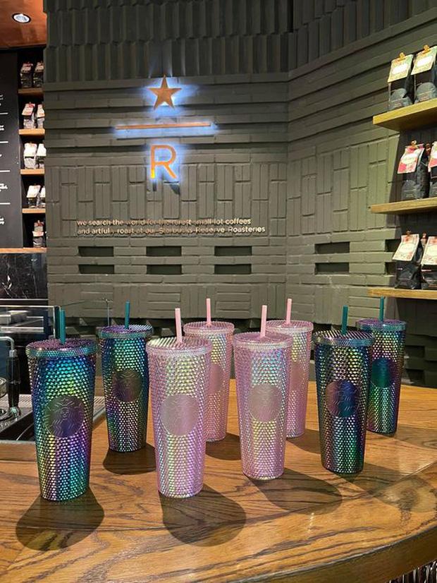 HOT: Vừa thông báo tung ra bộ đôi cốc mới vào sáng sớm, Starbucks đã khiến dân tình xếp hàng dài săn lùng, giá bán lại bị hét lên gấp 2 lần? - Ảnh 9.