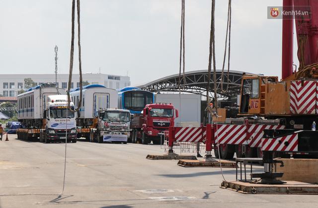 TP.HCM: Toàn cảnh lắp ráp đoàn tàu Metro số 1 nặng 37 tấn vào đường ray, sẵn sàng chạy thử  - Ảnh 1.
