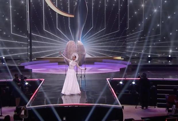 Khánh Vân bất ngờ gặp sự cố khi đang trình diễn Quốc phục ở với Miss Universe, pha xử lý đỉnh cao khiến ai cũng nức nở tự hào - Ảnh 2.