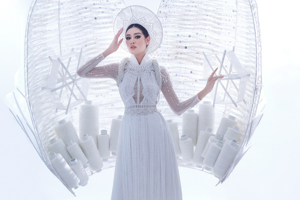 Khánh Vân bất ngờ gặp sự cố khi đang trình diễn Quốc phục ở với Miss Universe, pha xử lý đỉnh cao khiến ai cũng nức nở tự hào - Ảnh 3.