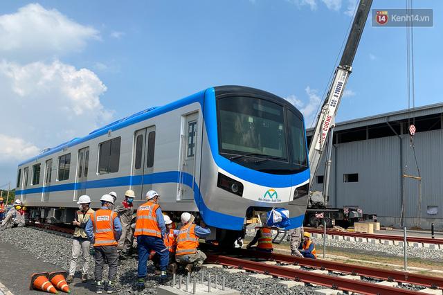 TP.HCM: Toàn cảnh lắp ráp đoàn tàu Metro số 1 nặng 37 tấn vào đường ray, sẵn sàng chạy thử  - Ảnh 11.