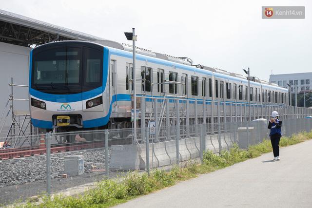 TP.HCM: Toàn cảnh lắp ráp đoàn tàu Metro số 1 nặng 37 tấn vào đường ray, sẵn sàng chạy thử  - Ảnh 14.