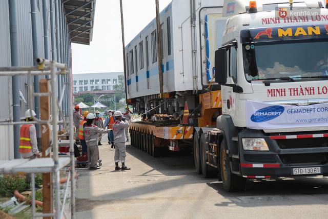 TP.HCM: Toàn cảnh lắp ráp đoàn tàu Metro số 1 nặng 37 tấn vào đường ray, sẵn sàng chạy thử  - Ảnh 3.