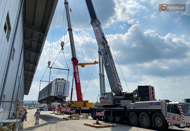 TP.HCM: Toàn cảnh lắp ráp đoàn tàu Metro số 1 nặng 37 tấn vào đường ray, sẵn sàng chạy thử  - Ảnh 4.