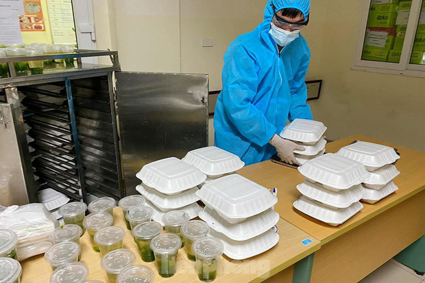 Đột nhập nhà bếp làm 10 nghìn suất ăn mỗi ngày cho bệnh viện bị phong tỏa ở Hà Nội - Ảnh 4.