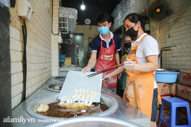 Quán quẩy đùi gà 30 năm nức tiếng tại Hà Nội, ngày ra lò đều tay 2 vạn chiếc, mùa Covid-19 nhưng làm cả ngày cũng chẳng hết việc  - Ảnh 5.