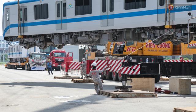 TP.HCM: Toàn cảnh lắp ráp đoàn tàu Metro số 1 nặng 37 tấn vào đường ray, sẵn sàng chạy thử  - Ảnh 6.