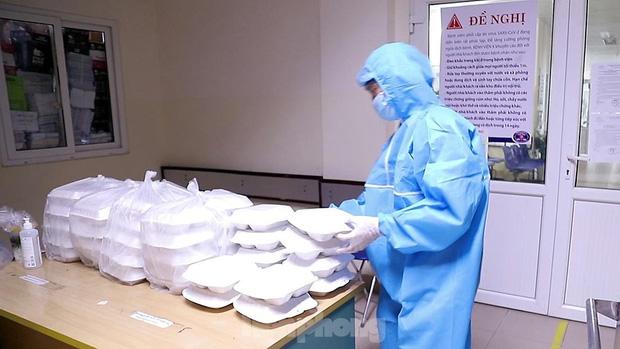 Đột nhập nhà bếp làm 10 nghìn suất ăn mỗi ngày cho bệnh viện bị phong tỏa ở Hà Nội - Ảnh 6.