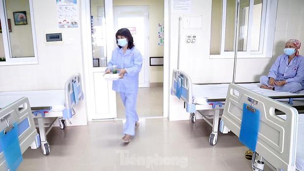 Đột nhập nhà bếp làm 10 nghìn suất ăn mỗi ngày cho bệnh viện bị phong tỏa ở Hà Nội - Ảnh 8.