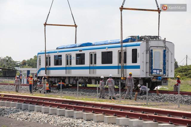 TP.HCM: Toàn cảnh lắp ráp đoàn tàu Metro số 1 nặng 37 tấn vào đường ray, sẵn sàng chạy thử  - Ảnh 9.