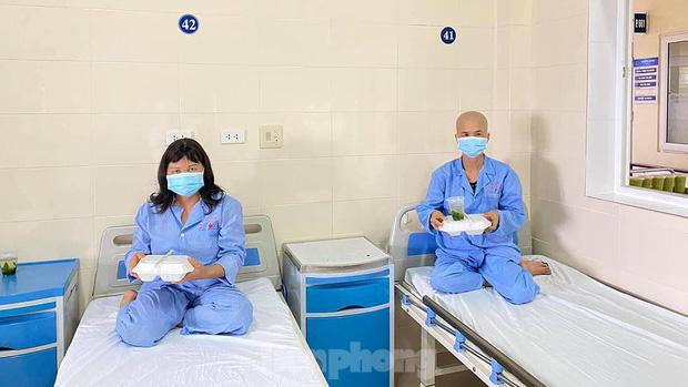Đột nhập nhà bếp làm 10 nghìn suất ăn mỗi ngày cho bệnh viện bị phong tỏa ở Hà Nội - Ảnh 9.