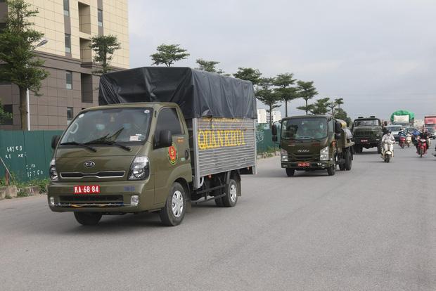 Hình ảnh quân đội khử khuẩn ổ dịch trong khu công nghiệp ở Bắc Giang - Ảnh 1.