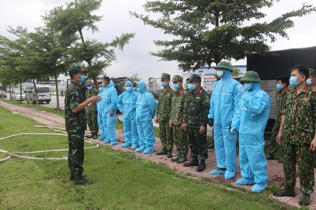 Hình ảnh quân đội khử khuẩn ổ dịch trong khu công nghiệp ở Bắc Giang - Ảnh 2.