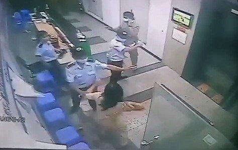 Người phụ nữ hành hung bảo vệ chung cư khi được nhắc nhở đeo khẩu trang bị phạt 2 triệu đồng - Ảnh 1.